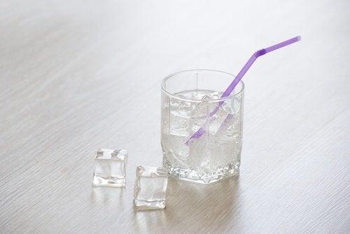 Ein Glas eiskaltes Wasser