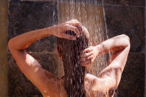 frau-waescht-haare-unter-der-dusche
