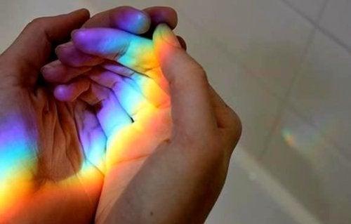 haende-mit-regenbogen