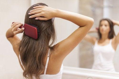 Haare bürsten und Haarwachstum anregen