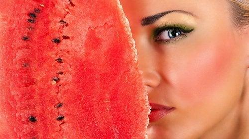 Gesichtsreinigung mit Schale von Wassermelonen