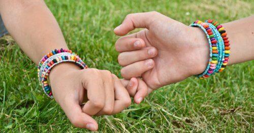 freunde-geben-sich-die-hand-freunde