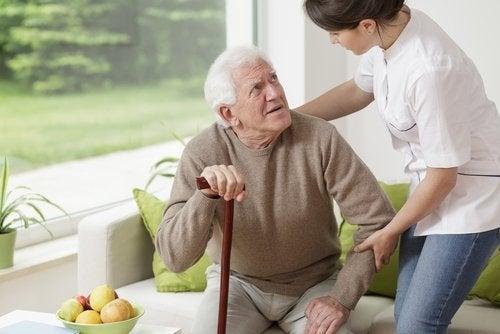 krankenpflegerin-hilft-einer-aelteren-person-kaffee