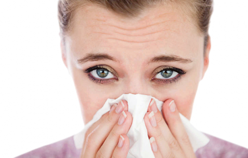 frau-mit-allergischer-rhinitis