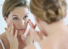 frau-vor-dem-spiegel-denkt-an-anti-aging