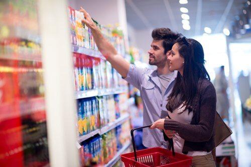 Paar sucht im Supermarkt Produkte ohne versteckte Fette