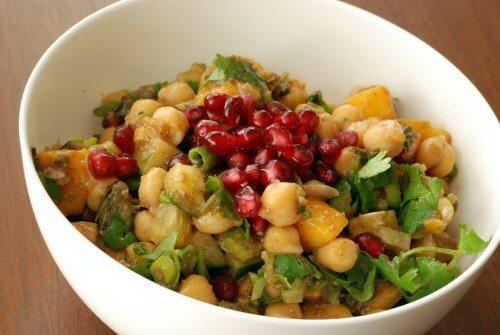 Salat mit Kichererbsen, Mango und Granatapfel: Profitiere auch du davon!