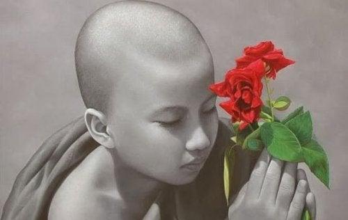 kind-mit-rosen-lernt-meditation