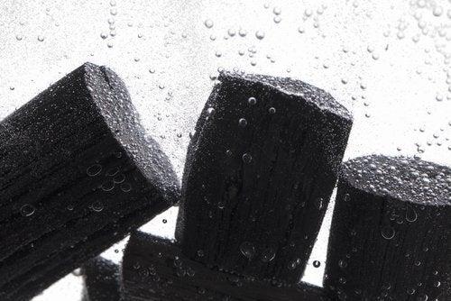 Kohle im Haushalt zur Reinigung von Wasser