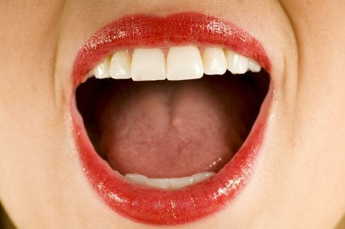 Frau hat Krebs im Mund