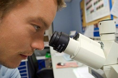 mann-untersucht-hiv-im-labor