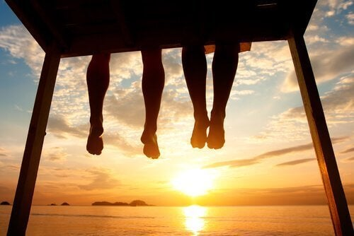 paar-bei-sonnenuntergang-spricht-ueber-beziehung