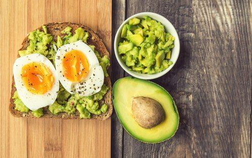 Ei und Avocado zum Frühstück