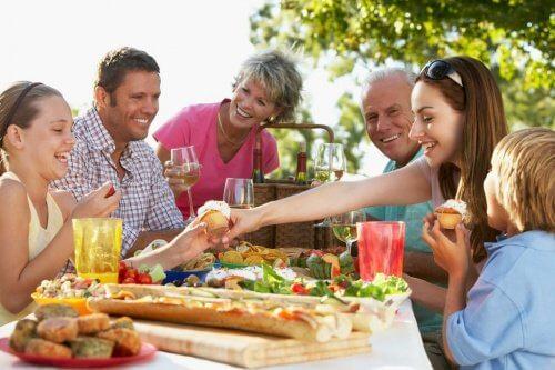 Familie beim Essen Cholestrin