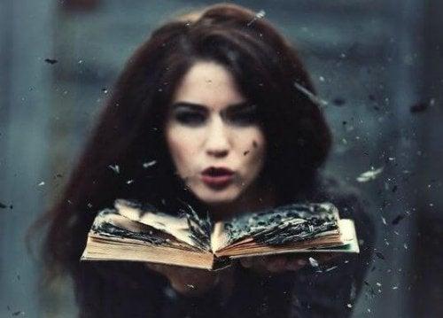 Frau bläst auf einem Buch Beziehung