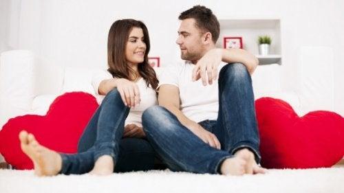 Paar sitzt auf Herzsofa Ehrlichkeit