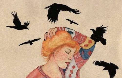 Vögel schwirren um eine Frau liebe