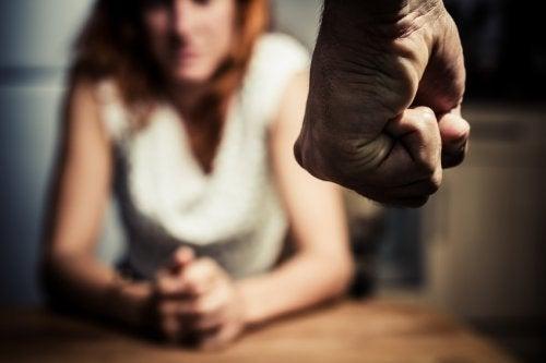 Frau leidet an Manipulation