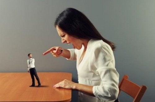 Frau übt verbale Gewalt aus