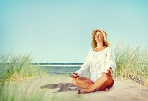 Frau macht Übungen um Nervosität abzubauen