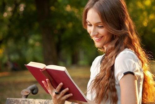 Frau liest und denkt an glückliche Beziehung