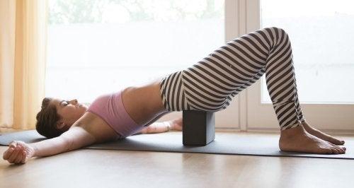 frau macht entspannende übungen