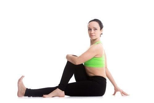 Frau macht Übung gegen Schwellungen