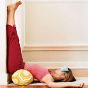 frau macht yoga gegen stress