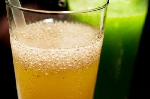 Getränk mit Zitrone zum Abnehmen