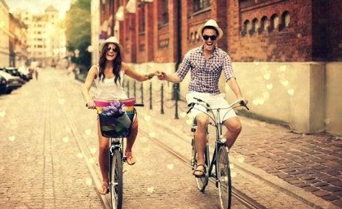 glückliches pärchen auf fahrrädern