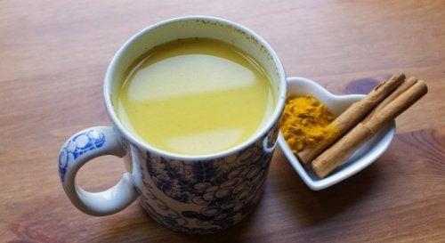 Entzündungshemmendes Getränk mit Kurkuma, Pfeffer und Honig