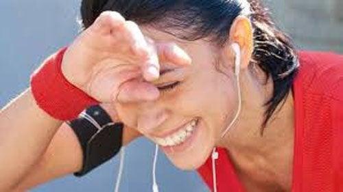 Frau macht Pause beim Laufen