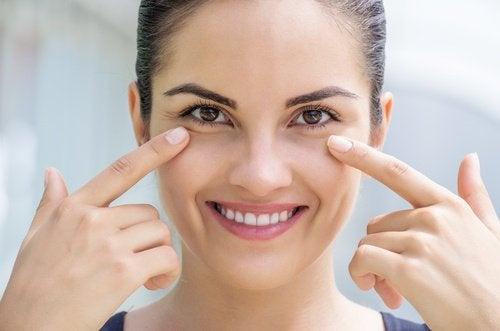 Wie man dunklen Augenringen vorbeugen kann