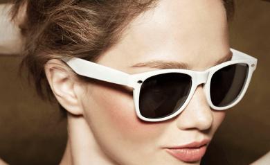 Frau mit Sonnenbrille möchte Krähenfüßen vorbeugen