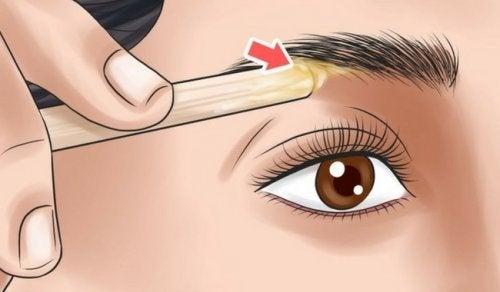 Augenbrauen passend zur Gesichtsform in Form bringen