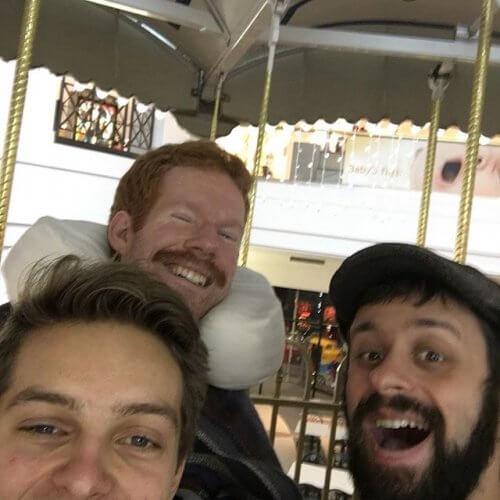 Diese drei Freunde reisen zusammen – und tragen einen von ihnen auf dem Rücken!