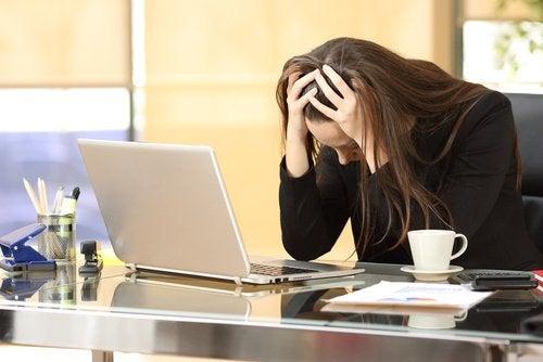 Frau besorgt vor dem Computer Stress