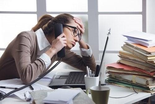 Frau hängt am Telefon Stress