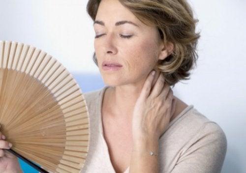 Frau hat Hitzewallungen Menstruation