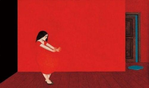 Frau in rotem Zimmer hat Schuldgefühle