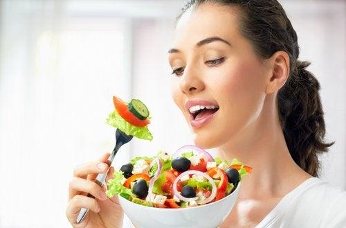 Frau isst Salat Ernährungsgewohnheiten