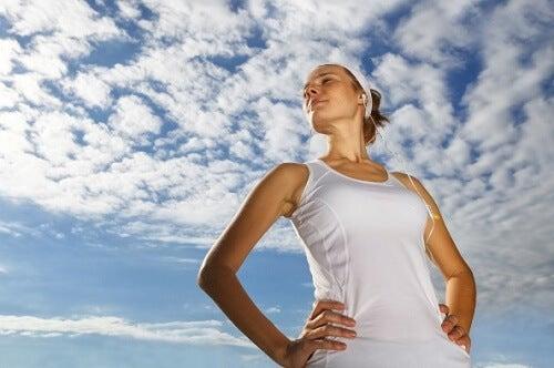 Frau unter wolkenbedecktem Himmel möchte Selbstbild verbessern