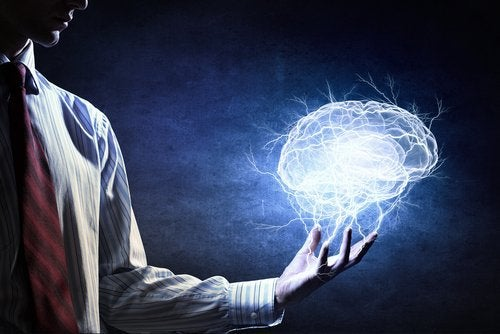 Mann hat Gehirn in der Hand