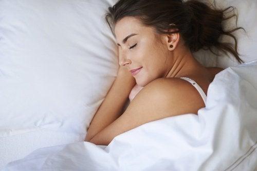 Frau konsumiert schlaffördernde Lebensmittel und schläft wunderbar