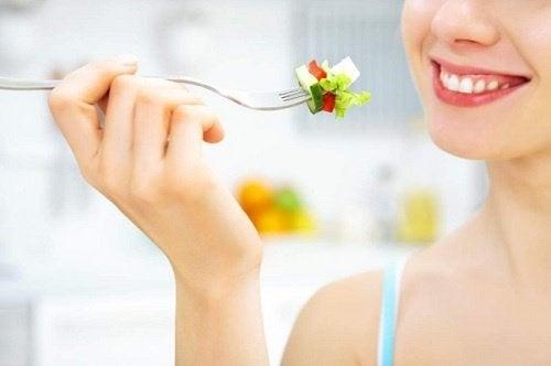 Frau isst gesund