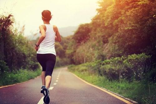 Frau geht laufen und hat Muskelkrämpfe