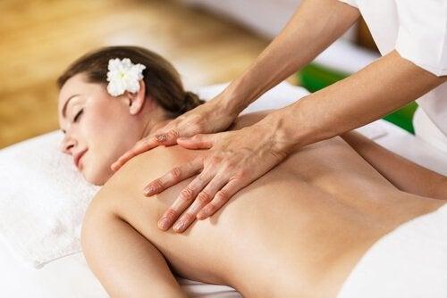 Frau bekommt Massage für ihre Wirbelsäule