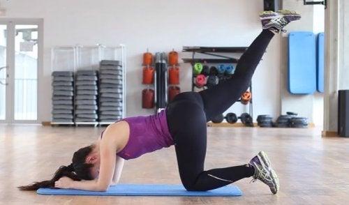 Anheben der Beine für eine schlanke Taille