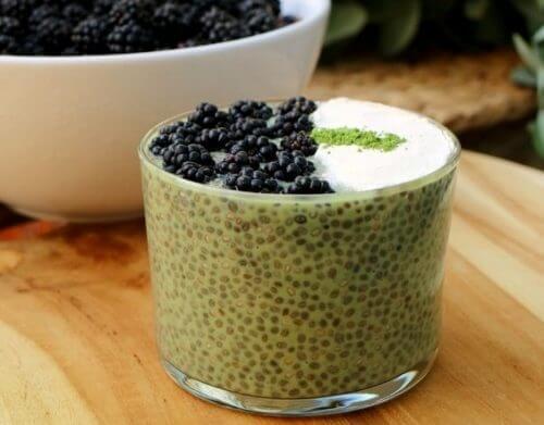 Chia-Samen als Pudding mit Brombeeren