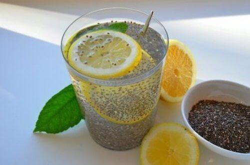 Chia-Samen als Getränkt mit Zitrone